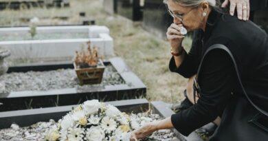 Tragedia al cimitero: uomo cade nella buca dove stanno seppellendo la moglie e muore. Maledizione o destino?