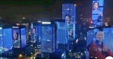 La Cina proietta sui loro edifici i volti dei medici che hanno lottato contro il Covid, per ringraziarli di aver liberato la nazione da questo incubo
