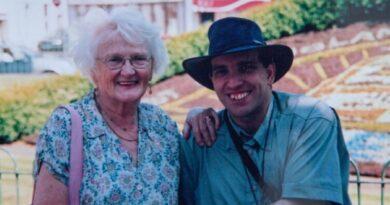 Lei ha 83 anni e il marito 44: la loro storia d'amore tanto genuina ma tanto criticata