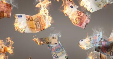Anziana donna distrugge 1 milione di euro per non lasciarlo in eredità