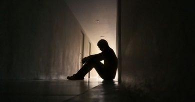 Il padre lo sgrida per essere rientrato tardi, lui si spara alla testa: muore il 19enne